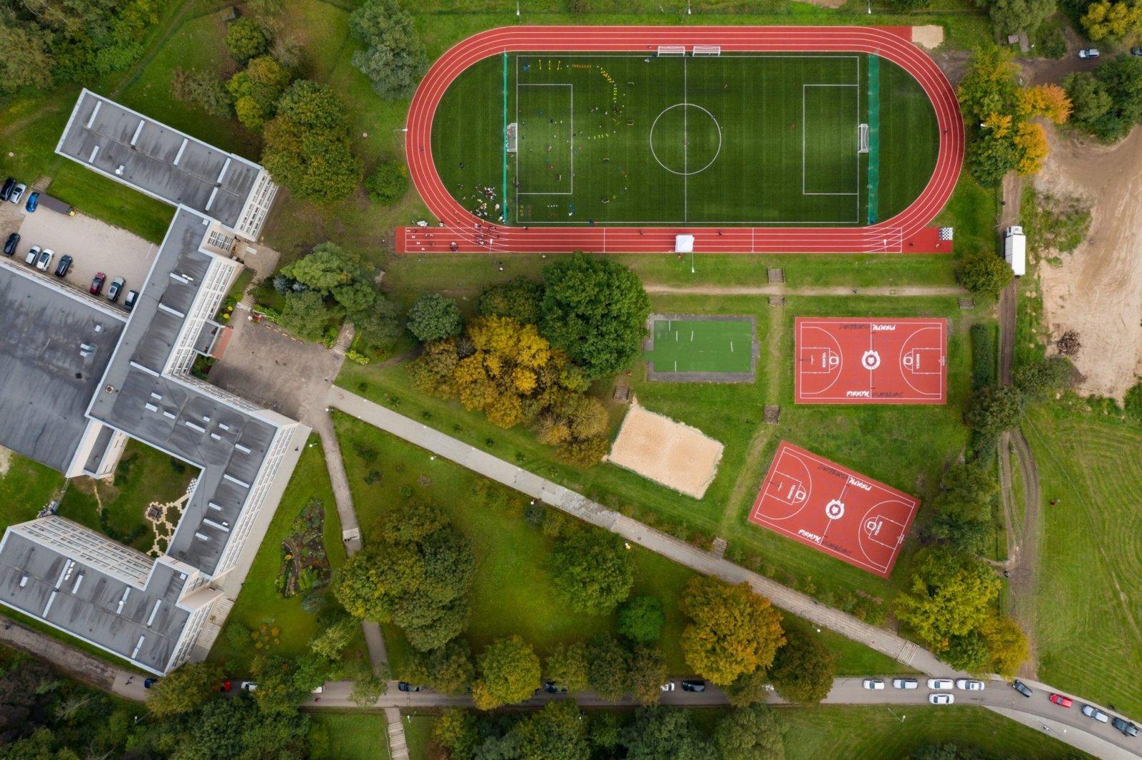 Žirmūnuose atidaroma dar viena sporto erdvė: atnaujintas E. Pliaterytės progimnazijos aikštynas