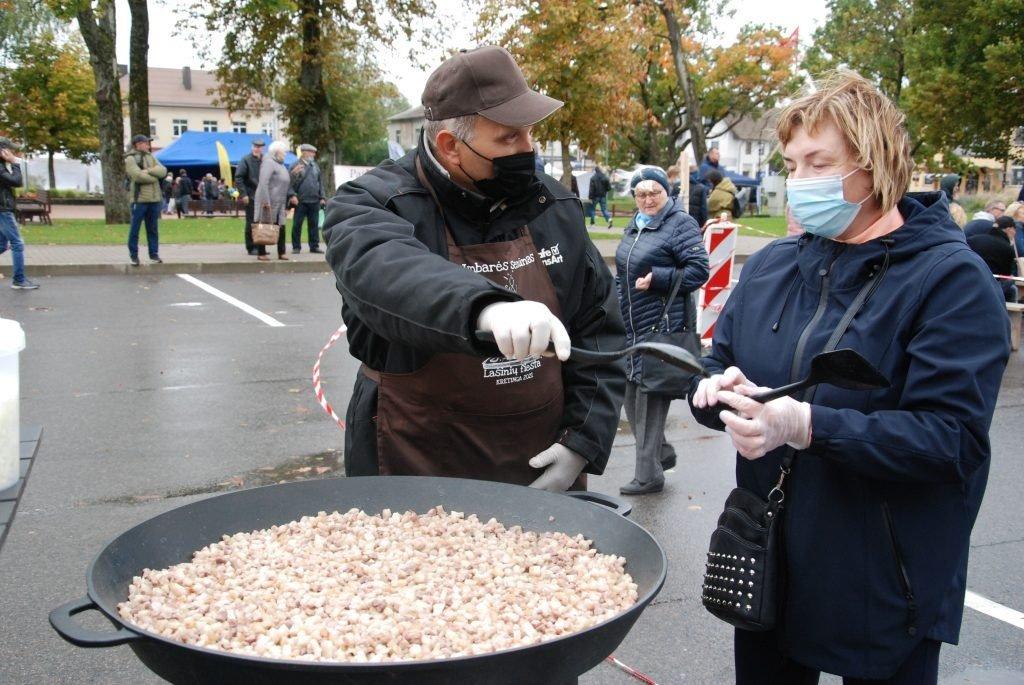 Šventėje spirgais virto pusšimtis kilogramų lašinių