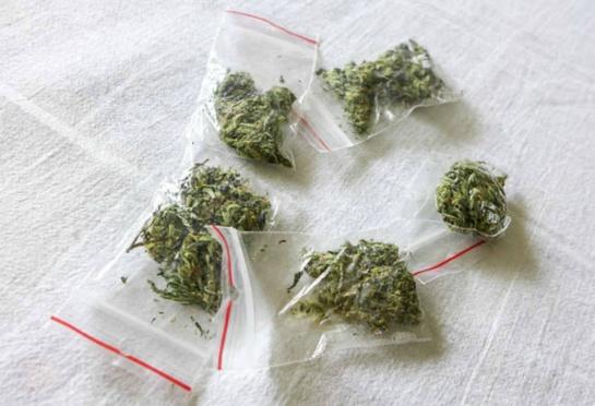 Šiauliuose galimai su narkotikais sulaikyti trys jaunuoliai, du iš jų - nepilnamečiai