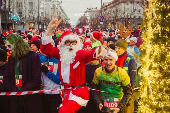 Vilniuje prie starto linijos sulaukta per 3500 kalėdiškai persirengusių bėgikų