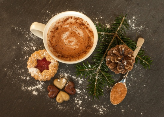 Kalėdinė arbata su riešutų pienu