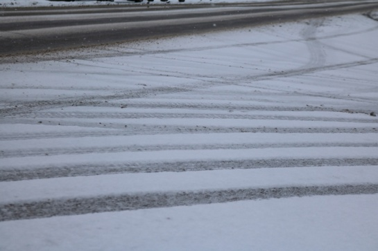 Naktį eismo sąlygos bus prastos: kris šlapdriba, sniegas, formuosis plikledis