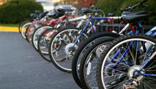 Atšilus orams į gatves grįžta dviračiai, riedžiai ir paspirtukai: ką pamiršta jų vairuotojai?