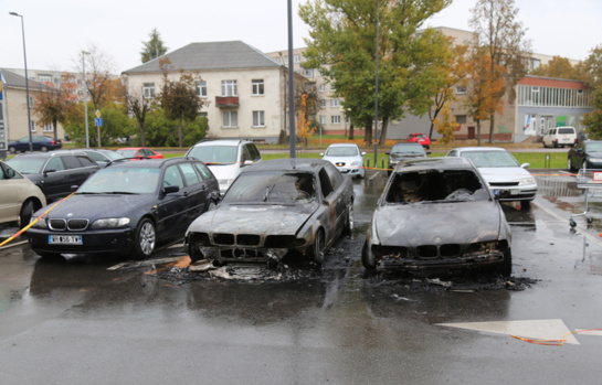 Utenoje vienas po kito pleškinami automobiliai