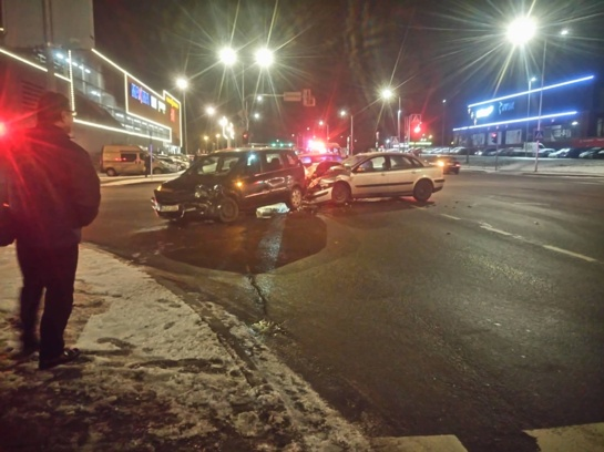 Sankryžoje Šiauliuose susidūrė du automobiliai