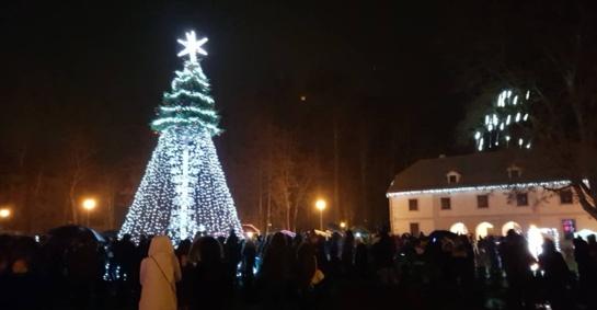 Jurbarką apgaubė Kalėdų dvasia – įžiebta pagrindinė miesto eglė