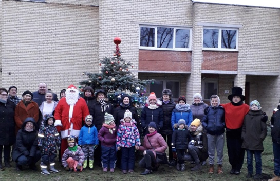 Čiobiškyje įžiebta Kalėdų eglutė