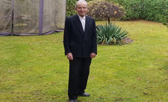 92 metų inžinerijos genijus senatvę leidžia ištremtas gyventi į pašiūrę