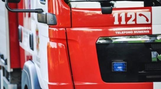 Kaišiadorių rajone apvirto vilkikas, vairuotoją iš kabinos vadavo ugniagesiai