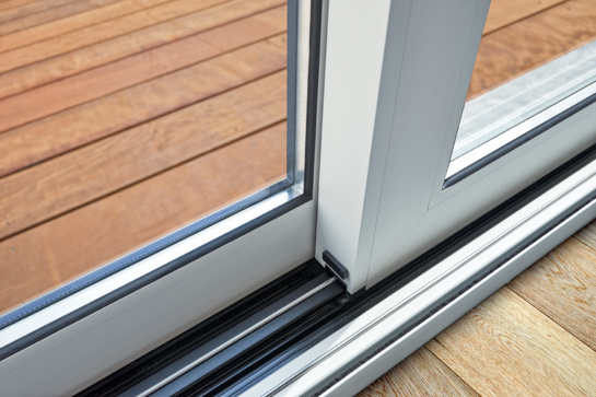 COVID-19 kerpa kainas langų remonto paslaugoms