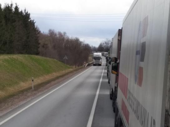 Uždraudus poilsį kabinose, vilkikų vairuotojams tenka rizikuoti