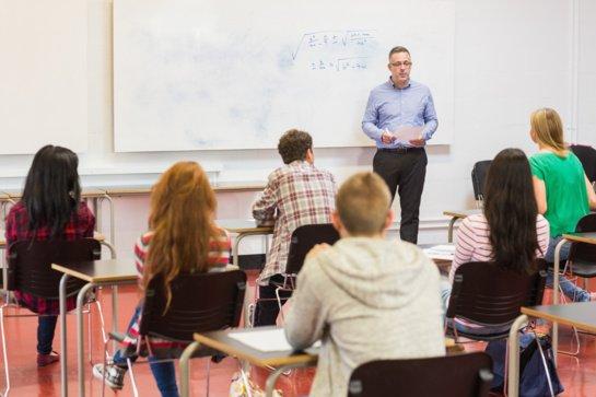 Įstatymo pataisa leistų gauti vaiko išmoką ir bendrojo ugdymo mokykloje besimokantiems tėvams