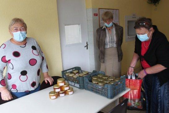 Labdaros valgykloje išdalintos saldžios Jurbarko bitininkų dovanos