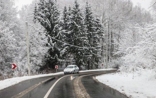 Sudėtingesnės eismo sąlygos Šiaurės ir Rytų Lietuvoje, jas sunkina snygis ir šlapdriba