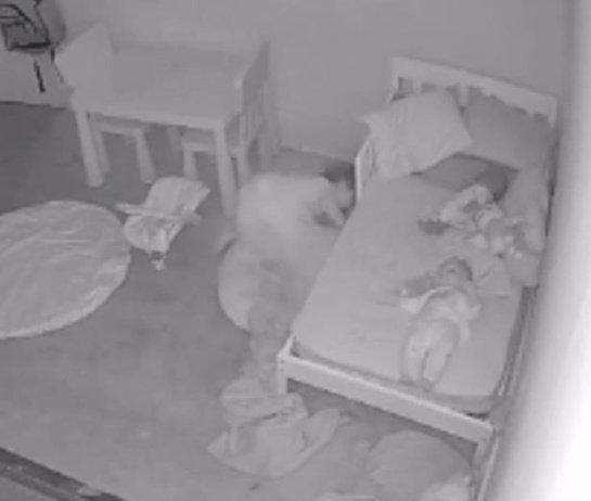 """Internete plinta kraupus vaizdo įrašas: mažą mergaitę po lova nutempia """"vaiduoklis"""" (vaizdo medžiaga)"""