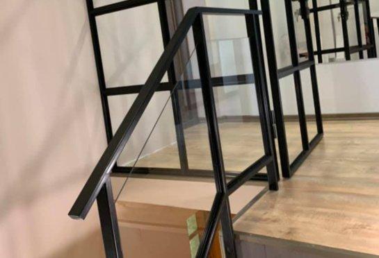 Stiklo ir metalo turėklai – stilingas namų interjero sprendimas