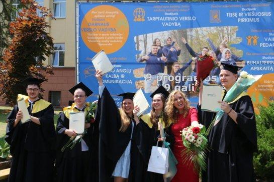 Aukštojo mokslo diplomai įteikti Marijampolės kolegijos absolventams