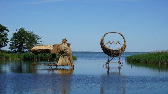 Nendrinės skulptūros ant vandens džiugina Kuršių nerijos lankytojus jau dvidešimtąjį kartą