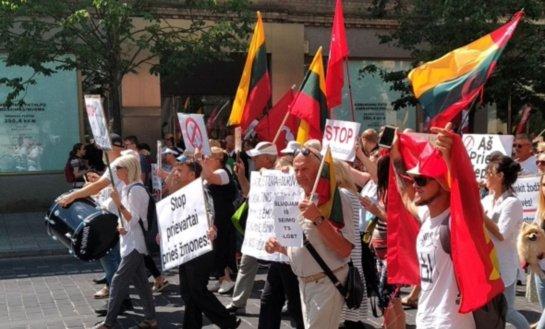 Vilniuje šimtai žmonių mitingavo už laisvę apsispręsti dėl vakcinavimo