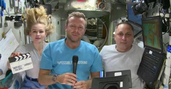 Pirmąjį filmą kosmose filmavusi Rusijos įgula grįžo į Žemę