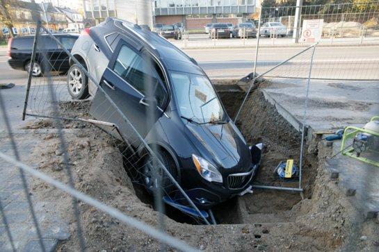 """Pirmadienį kaskadinius triukus Kaune demonstravo amerikietiškas """"Opel"""""""