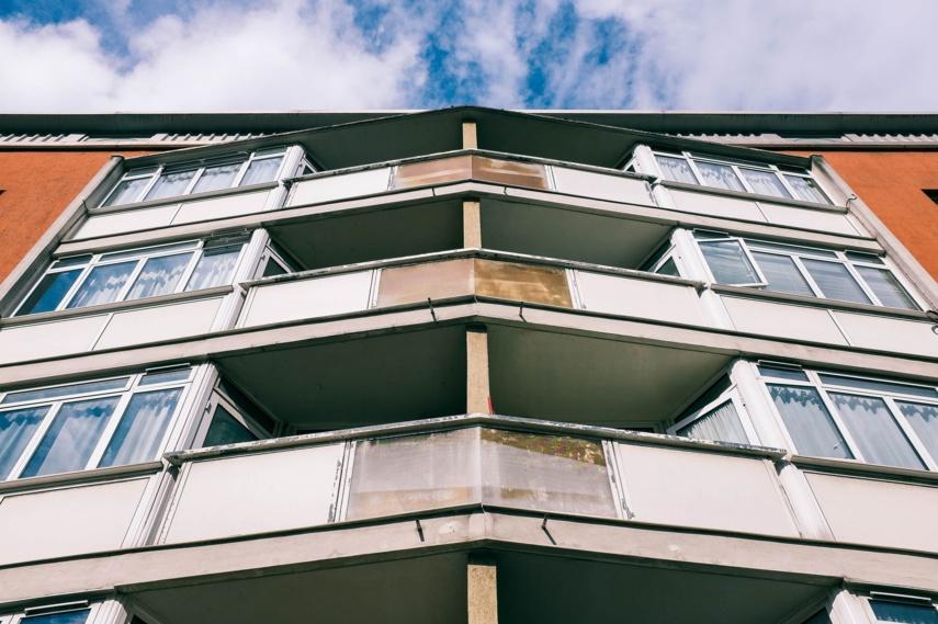 Prie daugiabučio rasta iš balkono iškritusi moteris