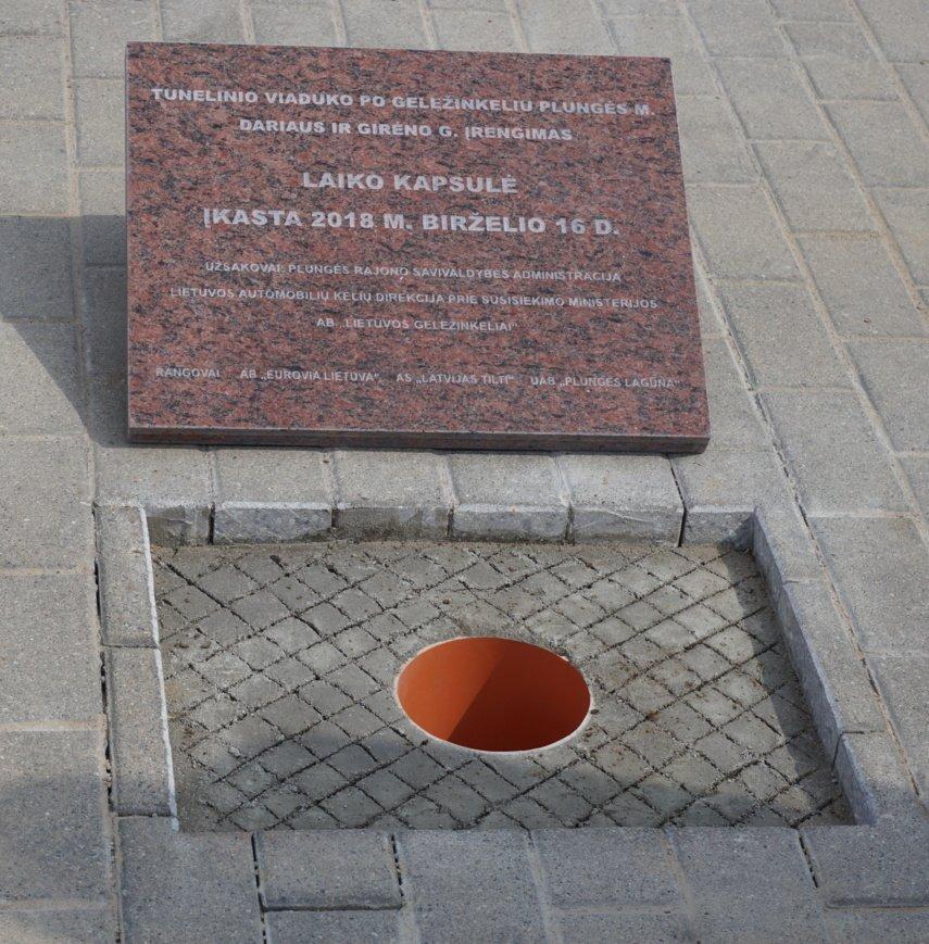 Tunelinio viaduko statybos darbų Plungėje pradžią paskelbė kapsulės ateities kartoms įkasimo ceremonija
