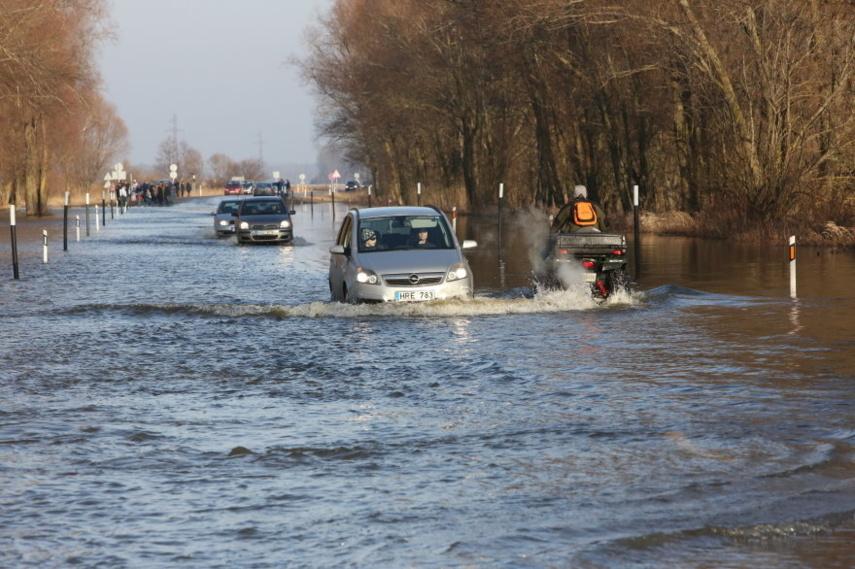 Vanduo apsemtame kelio Šilutė-Rusnė ruože pakilo iki 75 cm