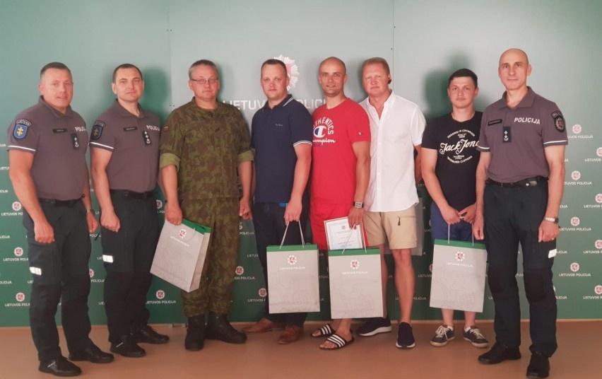 Padėkos iš policijos vadovų rankų savanoriškai prisidedantiems prie dingusių asmenų paieškų