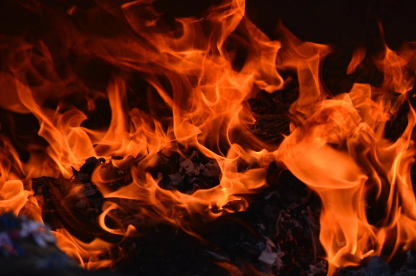 Rupinskų kaime degė angaras su durpėmis