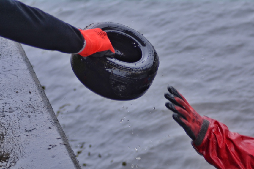 Upėse ir jų pakrantėse rastos įvairios atliekos – nuo akumuliatoriaus iki prekybos centro vežimėlio