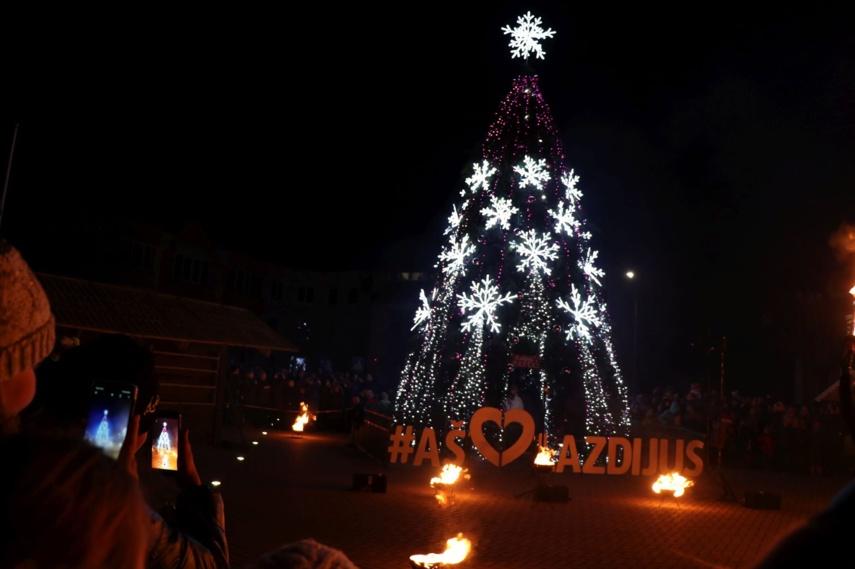 Lazdijuose sužibo kalėdinė eglė