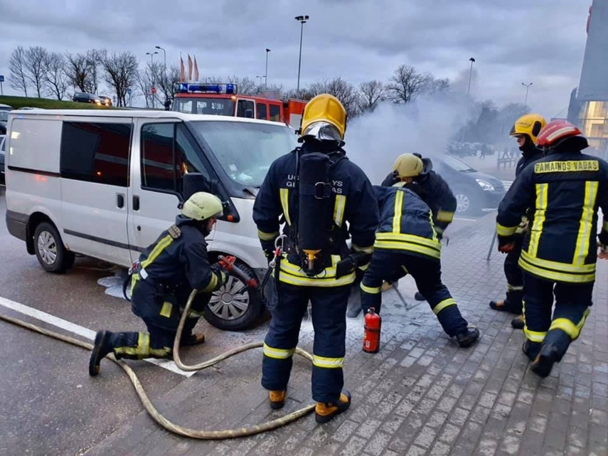 Ukmergės ugniagesiai operatyviai užgesino degusį automobilį