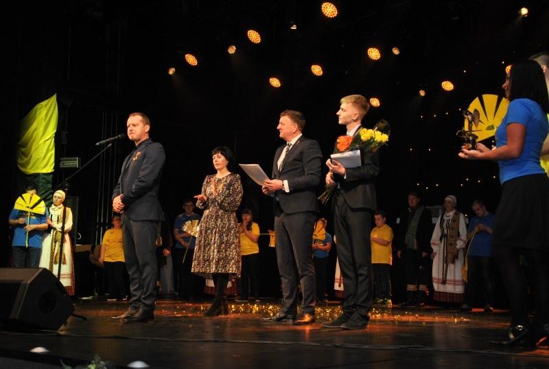 Joniškyje paminėta Lietuvos valstybės atkūrimo diena, iškilmingai įteikta Mykolo Arkangelo statulėlė