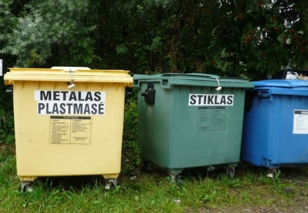 Medeniuose bus iškelti atliekų rūšiavimo konteineriai