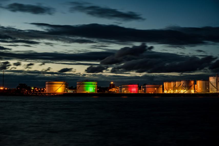 Klaipėdos naftos terminalo talpyklos nušvis vėliavos spalvomis