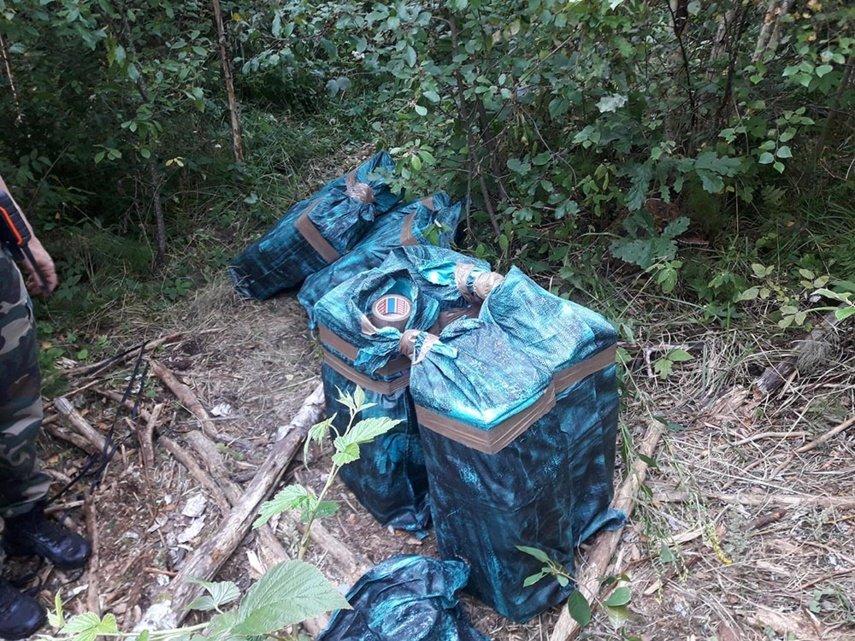 Kontrabandiniai rūkalai iš Baltarusijos į Lietuvą atskriejo per tvorą