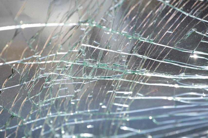 Lengvajam automobiliui atsitrenkus į sunkvežimį su galvijais nukentėjo trys žmonės