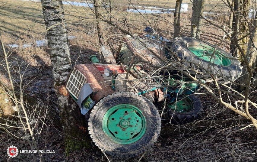 Kupiškio rajone į medį atsitrenkė neblaivus ir teisių neturintis traktoriaus vairuotojas