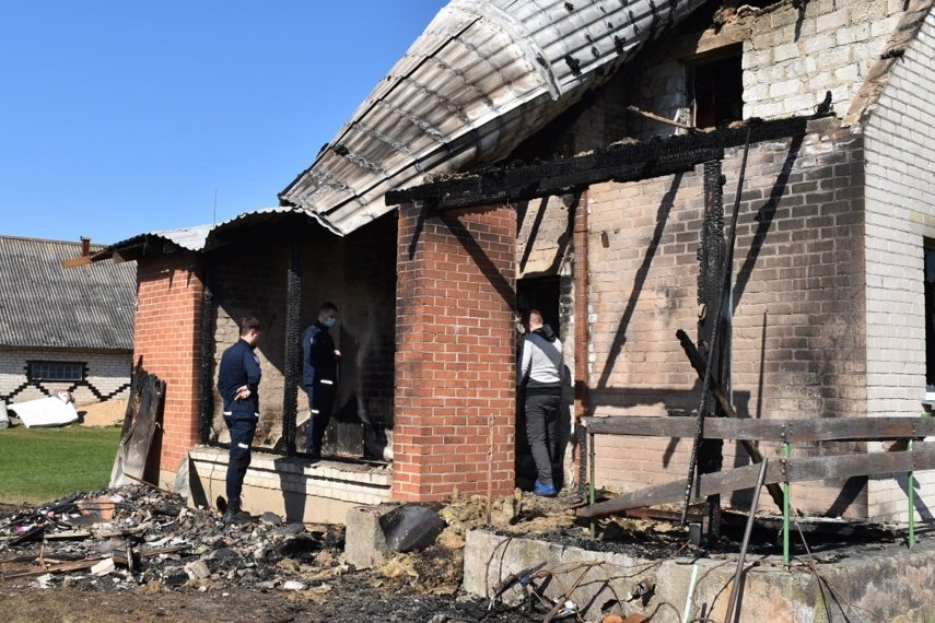 Gaisras be namų paliko jauną šeimą su keturiais vaikais