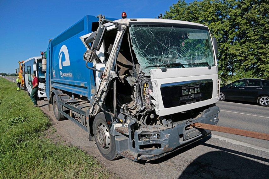 Susidūrė autobusas ir atliekų surinkimo mašina