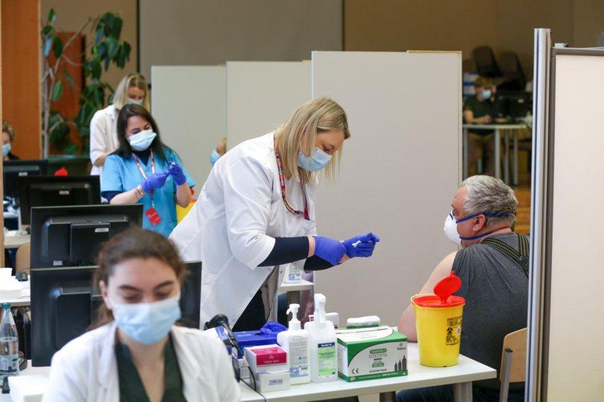 Sparčiausiai senjorus skiepijančių savivaldybių medikams bus skiriami priedai