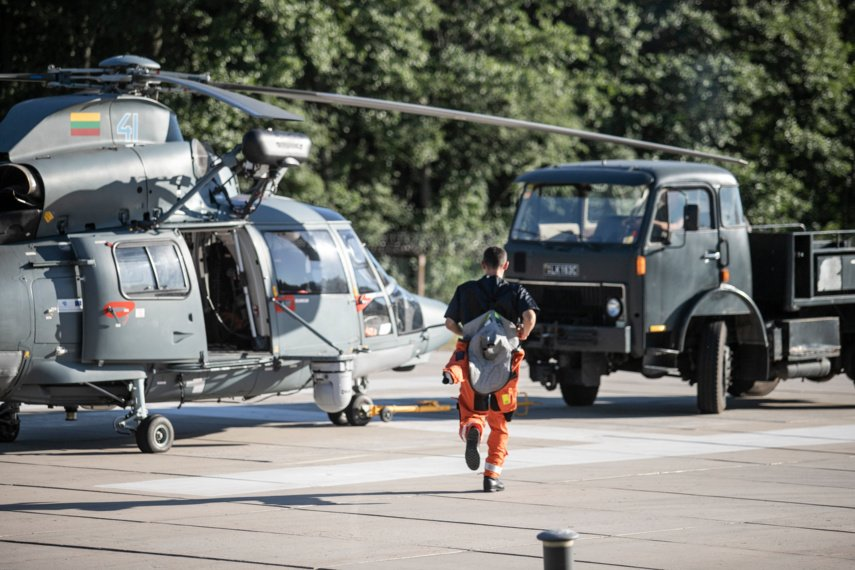 Lietuvos karinių oro pajėgų sraigtasparnis padėjo išgelbėti Smiltynėje skęstančią mergaitę