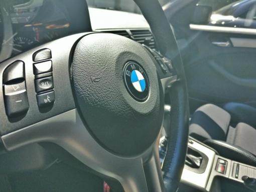 Incidentas prekybos centre: į vitriną įvažiavo BMW automobilis