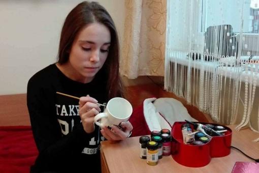 Studentės laisvalaikio veikla ir ateities verslo vizija – puodelių dekoravimas