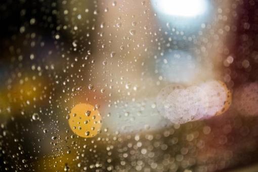 Dėl buvusio arba besitęsiančio lietaus valstybinės reikšmės kelių dangos daugiausia šlapios