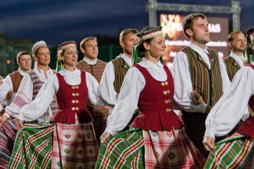 """Liaudiškų šokių konkurse """"Pora už poros"""" – keturi tūkstančiai šokėjų"""