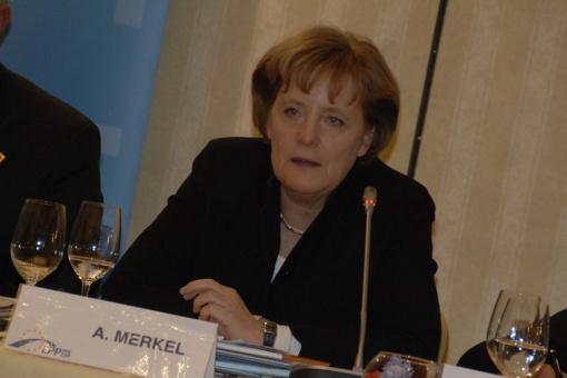 A. Merkel ragina JK neturėti iliuzijų