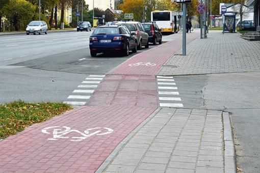 Patarimas vairuotojams: praleiskite raudonu taku važiuojantį dviratininką