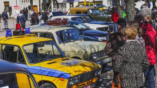 Istorinių automobilių karavanas riedėjo Radviliškio rajono keliais